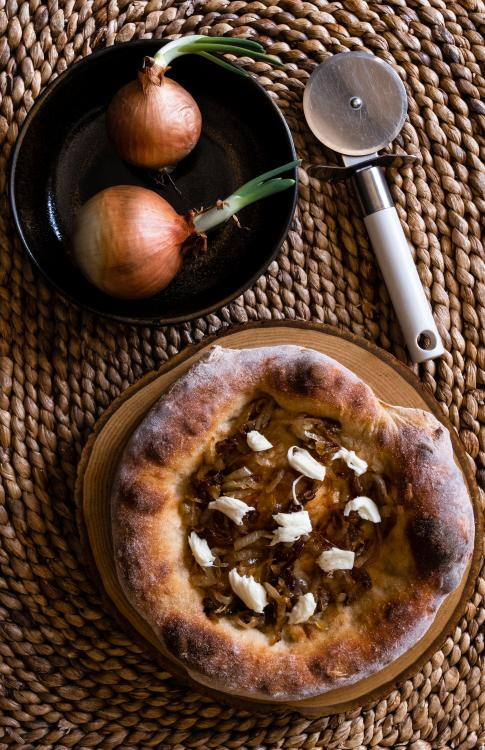 Pizza radici chiaro con cipolla caramellata