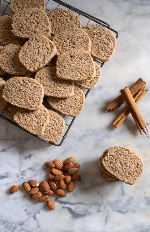 Biscotti alla farina di segale e cannella