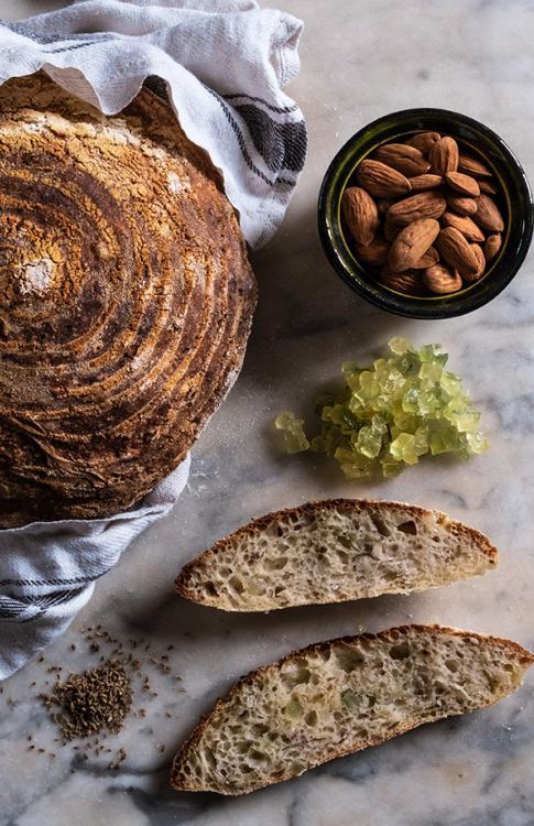 Pane di farina semibianca  con cedro candito, anice e farina di mandorle